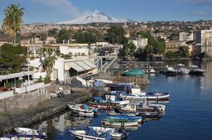 catania i sicily Ognina marina och mount etna foto
