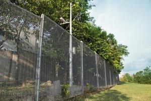 säkerhetsgränsstängsel i bostadssamhället foto