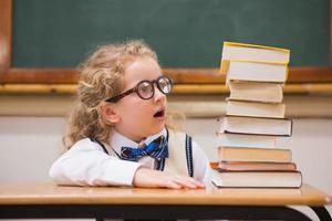 överraskning eleven tittar på böcker foto