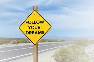 följ dina drömmar vägskylt foto