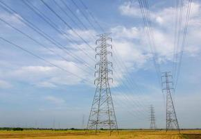högspänningstorn, kraftverk för elproduktion foto