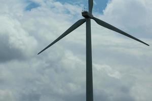 elproducerande vindkraftverk i norra Indien foto