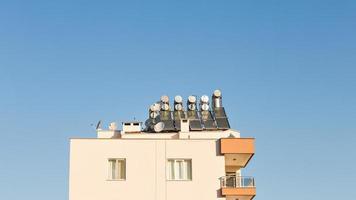 solpaneler med vattenuppsamlare på husets tak foto