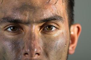 närbild latinamerikansk man smutsiga ansikte ögon och näsa bildtext foto