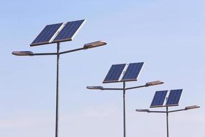 gatulampstolpe med solpanelens energi