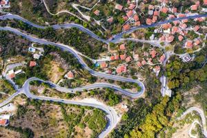 Flygfoto över blåsiga vägar i en stad foto