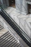 trappuppgång och rulltrappa foto