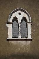 vit betongbågsfönster