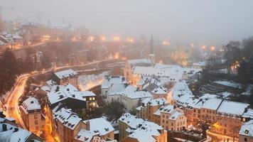 Flygfoto över snöig stad