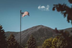 amerikansk flagga i bergsområde foto