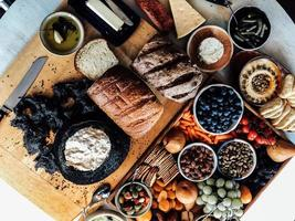 bakade bröd och frukt foto