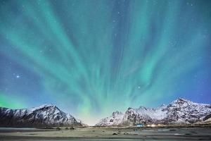 snötäckta berg under en blå himmel foto