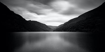 en sjö och berg foto