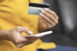 kvinna gör online betalning med telefon foto