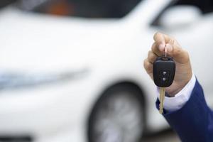 person som håller nycklar till bilen foto