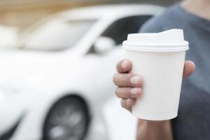 kvinna håller papper kaffekopp