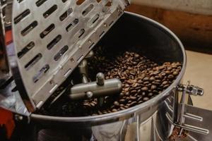 närbild av kaffebönor i rostare foto