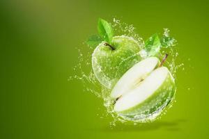 vatten stänk på färskt grönt äpple foto