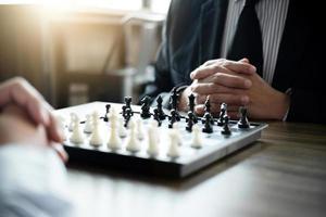 kollegor som spelar schackspel
