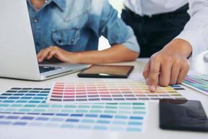 två grafiska formgivare som arbetar med projekt foto