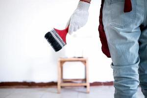 målare i vit handske målning vägg foto