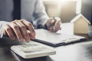 affärsman som arbetar på finansiella investeringar i office foto