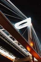 kolonn av en bro under natten foto