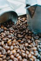 en närbild av många kaffebönor