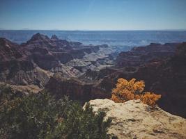landskapsfoto av klippan foto