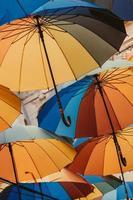 tittar upp på färgglada paraplyer