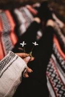 person som håller blommor foto
