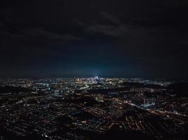 Flygfoto över staden under natten foto