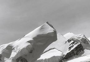 snöig bergstopp foto