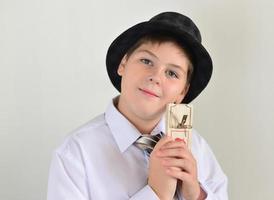 pojke tonåring med en ryggfälla i händerna på foto