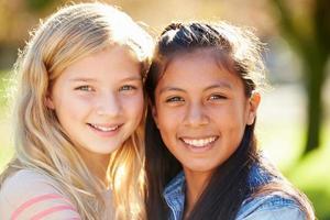 porträtt av två vackra flickor på landsbygden foto