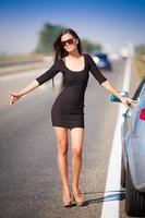 brunett kvinna väg bil foto