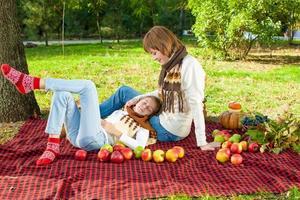glad mamma med lilla dotter i höst park foto