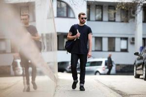 säker man poserar i selvedge jeans foto