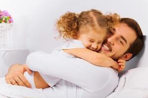 charmig porträtt av lycklig far och dotter foto