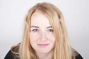 ung kvinna leende porträtt. foto