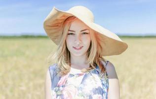 flicka i bredbredd hatt foto