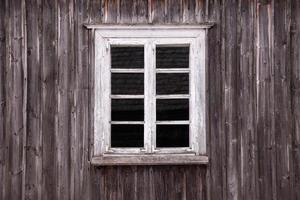 lantligt träfönster foto