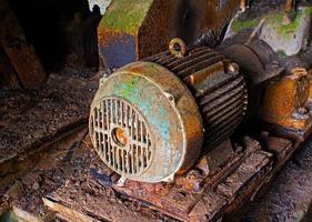 gammal elmotor i övergiven fabrik foto