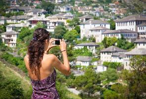 vacker kvinna i gjirokaster, albanien. foto