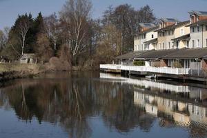 hus nära vatten i ett lugnt område foto