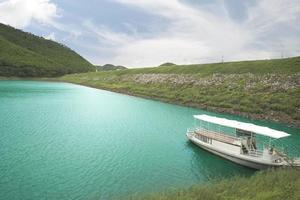 tom båt i kaeng krachan nationalpark foto