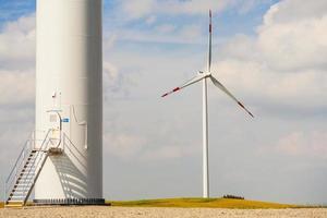 bas av vindkraftverk, annan i bakgrunden. foto