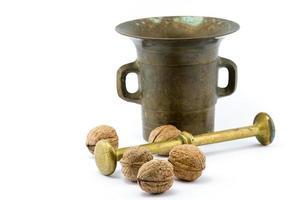 valnötter och kopparmortel foto