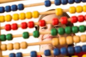 söt liten flicka som använder en abacus