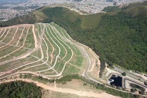 Flygfoto över deponi med avlopp för återvinning av vatten foto